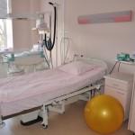 Клиник Elite имеет 2 родильный комнаты - розовая и голубая. Комнаты расположены в операционном отделе на 2-й этаж. После родов мать и ребенок обычно перевозятся (на лифте) на 3-й этаж - отдел гостиницы, где они остаются под 24h ухода одного из наших квалифицированных акушерок.