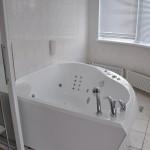 """""""розовая"""" родильная комната с ванной - при желании есть возможность рожать в воде"""