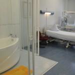"""Клиник Elite имеет 2 родильный комнаты - розовая и голубая. Комнаты расположены в операционном отделе на 2-й этаж. После родов мать и ребенок обычно перевозятся (на лифте) на 3-й этаж - отдел гостиницы, где они остаются под 24h ухода одного из наших квалифицированных акушерок. """"Голубая"""" родильная комната с ванной - при желании есть возможность рожать в воде"""