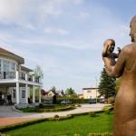 """Statyn """"Mor och barn"""" framför och tittar mot att Elite Private Clinic"""