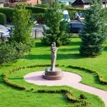 Ema ja lapse skulptuur Elite Kliiniku aias